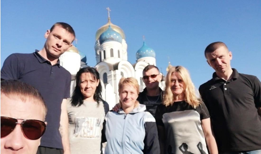 Бывшие алкоголики и наркоманы у православного храма