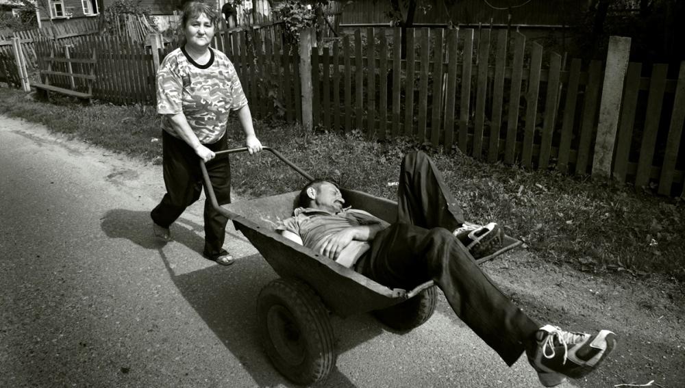 Женщина и пьяный муж в тачке