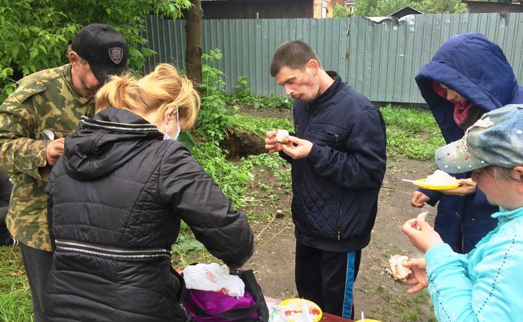 Волонтеры в Электроуглях Московской области оказывают помощь малообеспеченным людям, кормление бездомных